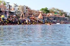 Reunión total del baño público en el río del kshipra en el gran mela del kumbh, Ujjain, la India Fotos de archivo