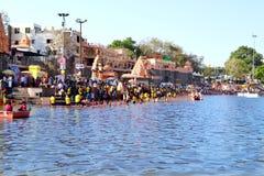 Reunión total del baño público en el río del kshipra en el gran mela del kumbh, Ujjain, la India Fotografía de archivo libre de regalías