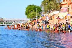 Reunión total del baño público en el río del kshipra en el gran mela del kumbh, Ujjain, la India Imágenes de archivo libres de regalías