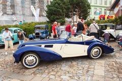reunión tradicional de fans de los coches y de las motos del vintage Una exposición de coches viejos en la plaza de Tisnov Imágenes de archivo libres de regalías