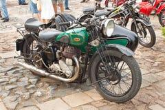 reunión tradicional de fans de los coches y de las motos del vintage Una exposición de coches viejos en la plaza de Tisnov Fotos de archivo libres de regalías