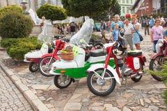 reunión tradicional de fans de los coches y de las motos del vintage Una exposición de coches viejos en la plaza de Tisnov Fotografía de archivo