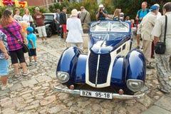 reunión tradicional de fans de los coches y de las motos del vintage Una exposición de coches viejos en la plaza de Tisnov Imagenes de archivo