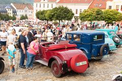 reunión tradicional de fans de los coches y de las motos del vintage Una exposición de coches viejos en la plaza de Tisnov Fotografía de archivo libre de regalías