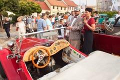 reunión tradicional de fans de los coches y de las motos del vintage Una exposición de coches viejos en la plaza de Tisnov Foto de archivo libre de regalías