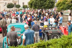 reunión tradicional de fans de los coches y de las motos del vintage Una exposición de coches viejos en la plaza de Tisnov Imagen de archivo libre de regalías