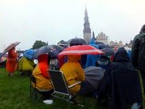 Reunión, vigilia, rezo, adoración en la lluvia de colada Fotografía de archivo