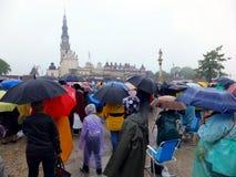Reunión, vigilia, rezo, adoración en la lluvia de colada Imagen de archivo