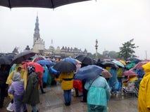 Reunión, vigilia, rezo, adoración en la lluvia de colada Fotos de archivo