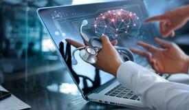 Reunión y análisis del equipo del doctor Diagnose que comprueba el cerebro foto de archivo libre de regalías
