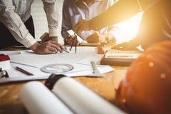 Reuniões em empresas de engenharia da casa e da propriedade do grupo fotos de stock