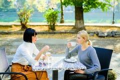 Reuni?n de la amistad Unidad y amistad femenina Conversación de la terraza del café de dos mujeres Amistad verdadera amistosa imagen de archivo libre de regalías