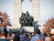 Reuni?n de la muchedumbre en el monumento de guerra nacional de Ottawa, Ontario, Canad?, el d?a de la conmemoraci?n fotografía de archivo