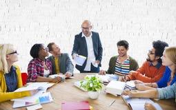 Reunión de reflexión casual de la dirección del trabajo en equipo que aprende concepto Fotografía de archivo libre de regalías