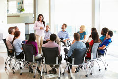 Reunión del personal de Addressing Multi-Cultural Office de la empresaria Foto de archivo libre de regalías