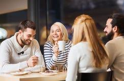 Reunión feliz de los pares y té o café de consumición Imagenes de archivo