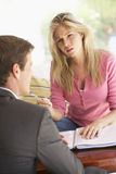 Reunião da mulher com conselheiro financeiro em casa Fotografia de Stock Royalty Free