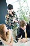Reunião de negócio em um escritório moderno. Imagem de Stock Royalty Free