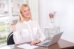 Reunião do Internet Mulher de negócios nos vidros que guardam uma pena perto do Fotografia de Stock Royalty Free