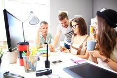 Reunião dos colegas de trabalho e passos seguintes do planeamento do trabalho Fotos de Stock Royalty Free