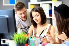 Reunião dos colegas de trabalho e passos seguintes do planeamento do trabalho Imagem de Stock