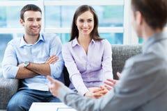 Reunião dos pares com consultante Fotos de Stock Royalty Free