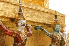 Reus die een tempel in Thailand bewaken Royalty-vrije Stock Foto's