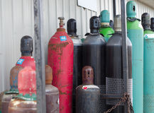 Reusable benzynowych zbiorników napełniań chemiczni produkty w stresie opróżniają butelki fotografia royalty free