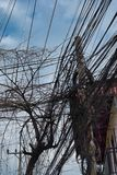 Reusachtig aantal elektriciteit en telefoonlijnen, de chaos van stedelijke mededelingen royalty-vrije stock foto