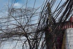 Reusachtig aantal elektriciteit en telefoonlijnen, de chaos van stedelijke mededelingen stock fotografie