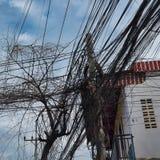 Reusachtig aantal elektriciteit en telefoonlijnen, de chaos van stedelijke mededelingen stock foto's