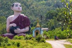 Reusachtig Birmaans monniksstandbeeld dichtbij de standbeeldwinst Sein Taw Ya in Kyauktalon Taung, dichtbij Mawlamyine, Myanmar royalty-vrije stock afbeelding