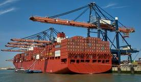 Reusachtig containerschip in de haven van Rotterdam Stock Afbeelding