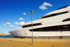 Reusachtig cruiseschip stock afbeelding