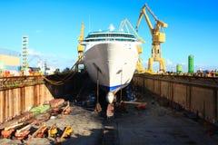 Reusachtig cruiseschip bij droogdok Stock Foto