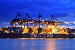 Reusachtig die containerschip in haven in Duitsland wordt leeggemaakt Stock Afbeelding