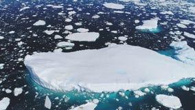 Reusachtig drijvend ijsberg lucht volgend schot stock video