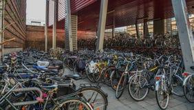 Reusachtig fietsparkeren in het centrum van Mijnheer, België royalty-vrije stock afbeelding