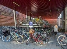 Reusachtig fietsparkeren in het centrum van Mijnheer, België royalty-vrije stock afbeeldingen
