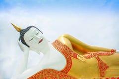 Reusachtig het doen leunen Boedha beeld op blauwe hemel met bewolkt bij de tempel van Doi Kham in Chiang Mai van Thailand stock afbeeldingen