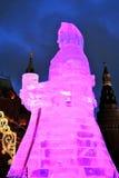 Reusachtig ijscijfer van een vrouw in Moskou De Maslenitsa-pop Stock Foto's