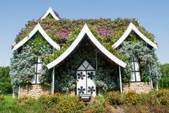 Reusachtig mooi verbazend die paleis met groene installaties en kleurrijke bloemen wordt behandeld royalty-vrije stock foto's