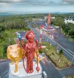 Reusachtig Shiva-standbeeld in grote Bassin-tempel, Mauritius Ganga Talao stock fotografie