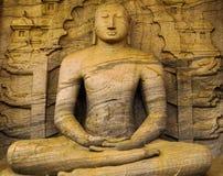 Reusachtig standbeeld van Boedha dat in de rots wordt opgegraven stock foto