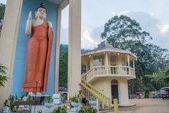 Reusachtig standbeeld van Boedha in Sri Lanka stock foto's