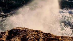 Reusachtig sterk brekend golven wild oceaanwater stock video