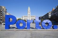 Reusachtig teken Porto in centrale stad Stock Foto