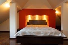 Reusachtig tweepersoonsbed in slaapkamer royalty-vrije stock foto