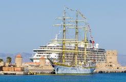Reusachtig varend schip op de achtergrond van twee cruisevoeringen bij de haven Rhodos, Griekenland Stock Fotografie