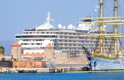 Reusachtig varend schip op de achtergrond van twee cruisevoeringen bij haven Rhodos, Griekenland Stock Foto
